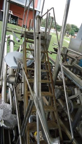 Escada Inclinada de Inox de 16 Degraus e Com Corrimão